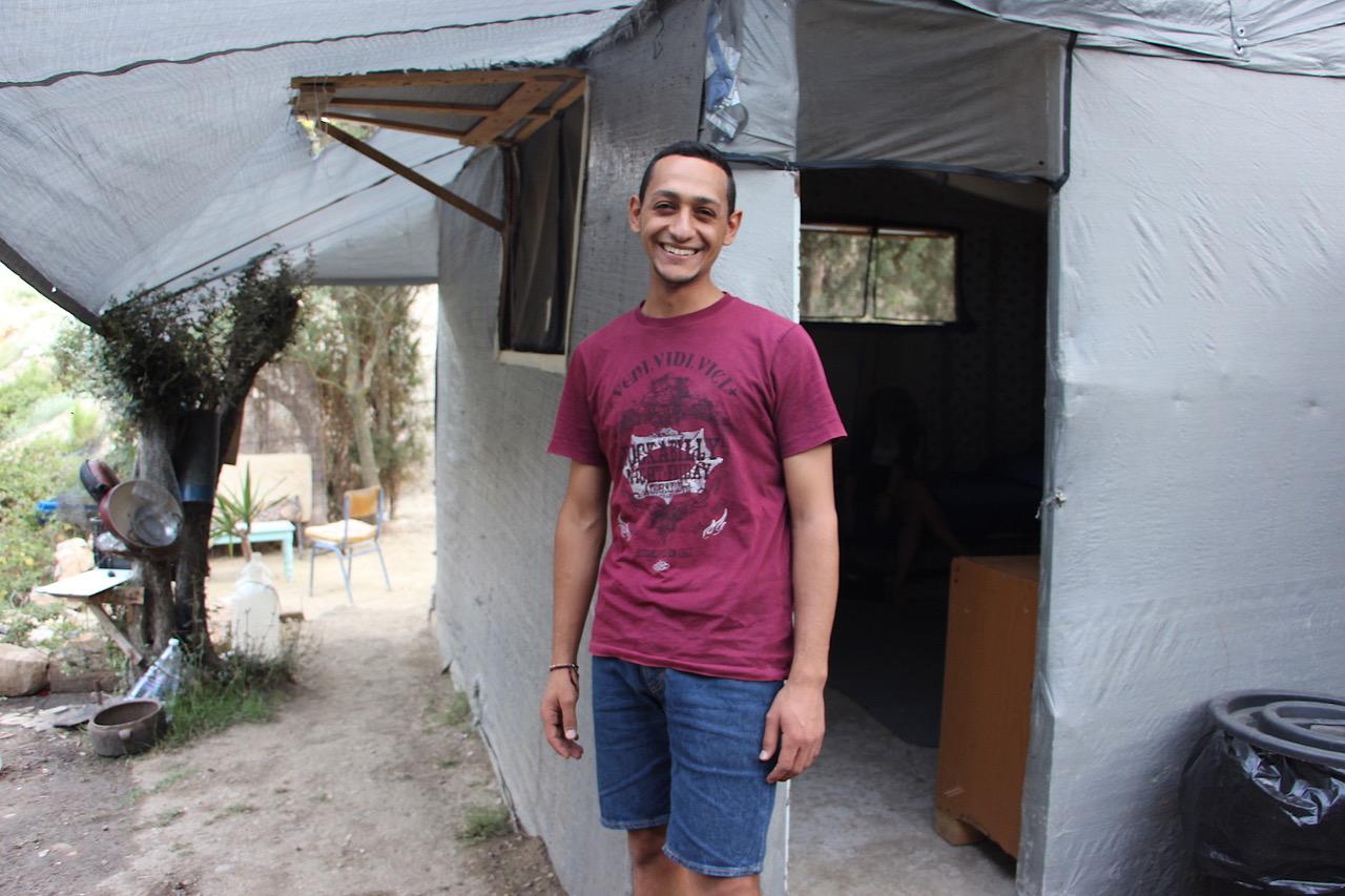 Karam vor seiner Hütte im Dschungel auf Samos.