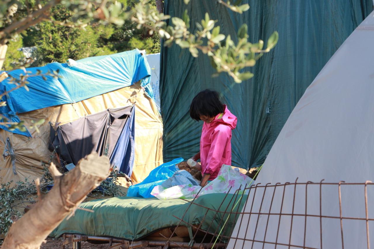 Ein Flüchtlingsmädchen beim Frühstück.